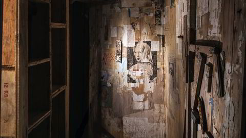 Collage. Inngangspartiet til Kurt Schwitters' hytte i Molde bar preg både av de mange margarinkassene han hadde kjøpt, og alt det trykte materialet han omformet til collager. I sentrum befinner den såkalte Hjertøymadonnaen seg, som er basert på et bilde av den flamske renessansemaleren Bernard van Orley