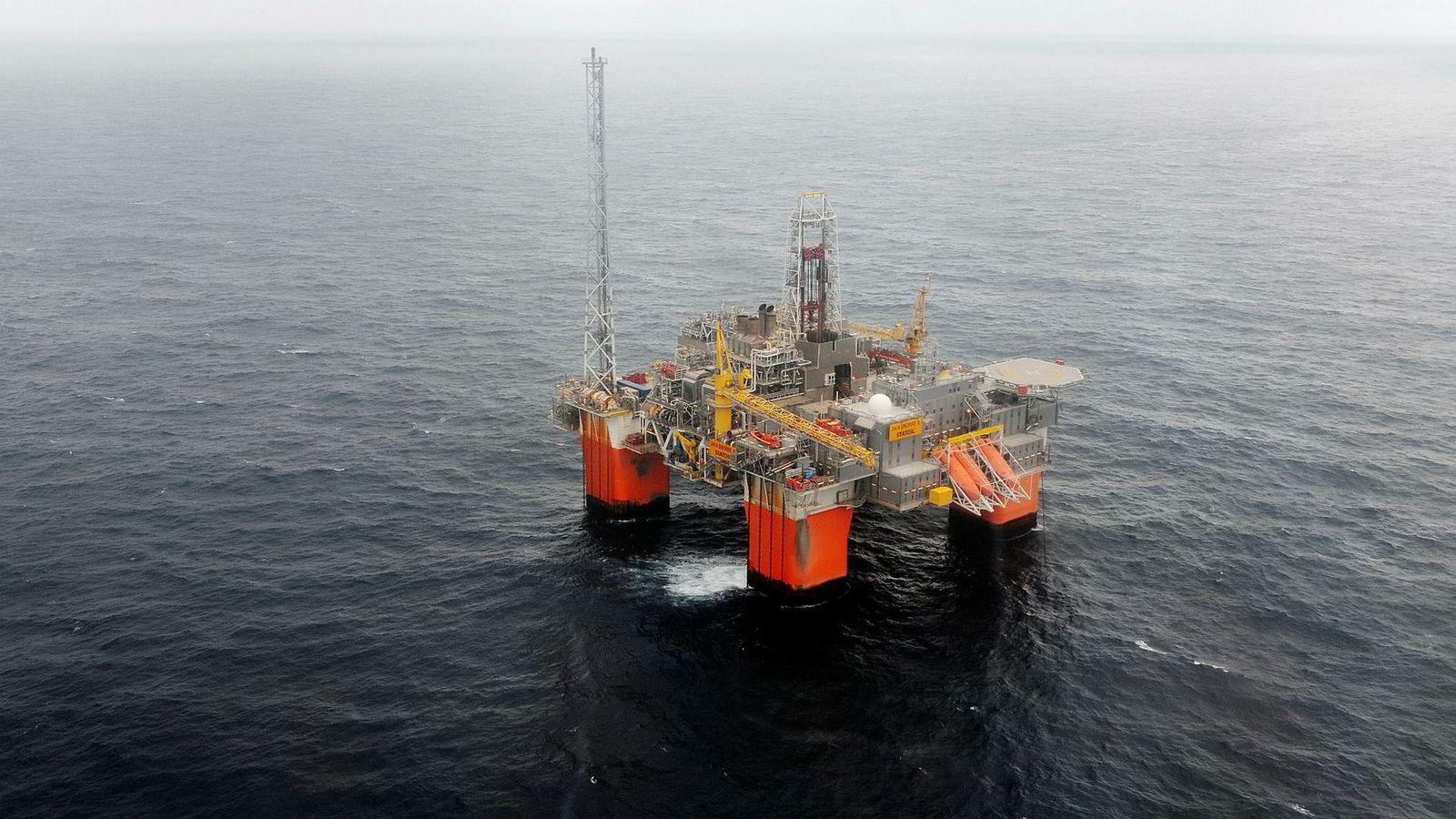 Snorre B-plattformen ligger utenfor Florø. Ingen av de 121 personene om bord er foreløpig evakuert.