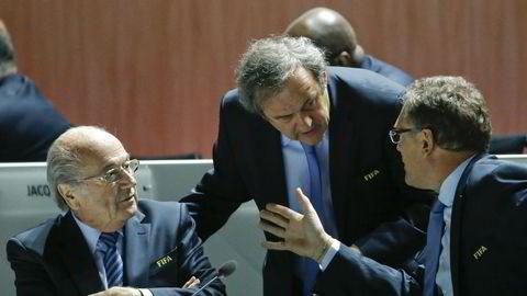 UEFA-president Michel Platini (midten) snakker med FIFA-president Sepp Blatter (t.v.) og Jerome Valcke, Generalsekretær i FIFA, ved den 65. FIFA-kongressen i Zürich, 29. mai, 2015. Foto: NTB Scanpix/REUTERS/Ruben Sprich