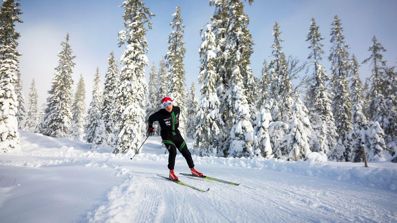 Andreas Staune-Mittet kunne utnytte perfekte forhold på Natrudstilen nedenfor Sjusjøen onsdag formiddag. Det ligger anslagsvis 30 centimeter natursnø i skogene her etter snøfallet som kom fra tirsdag til onsdag.