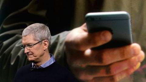 """BREMSES OPP. Apple-sjef Tim Cook har gjort over 1000 ansettelser de siste 18 månedene til Apples bilprosjekt, som har kodenavn """"Titan"""". Nå forlater flere satsningen. Foto: Marcio Jose Sanchez/AP Photo."""