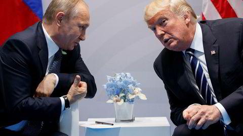 Kritikerne mener USAs president Donald Trump danser etter sin russiske kollega Vladimir Putins pipe i sanksjonsstriden. Her er de to avbildet under G20-toppmøtet i Hamburg i fjor sommer.