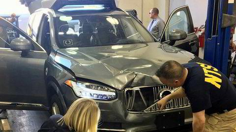 Ubers selvkjørende bil som var involvert i dødsulykken i Arizona i fjor blir undersøkt av eksperter fra myndighetene.