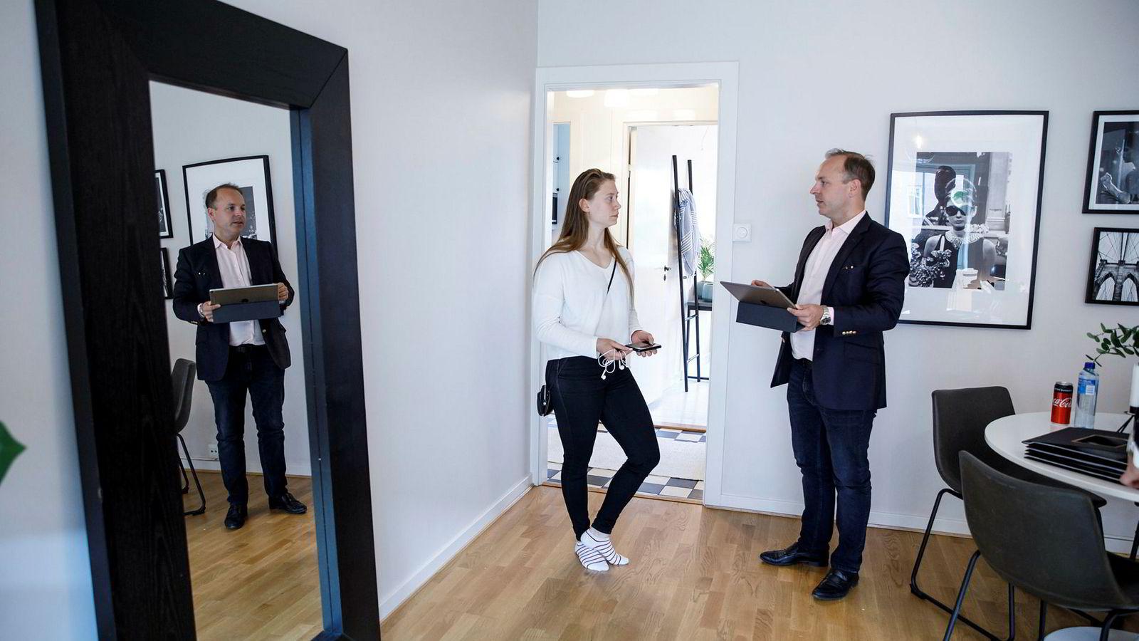 Ingvild Hansen (24) er på jakt etter leilighet til seg og kjæresten. Tirsdag hadde megler Anders Hartwig Thoresen visning en i 56 kvadratmeter stor leilighet på Sofienberg i Oslo.