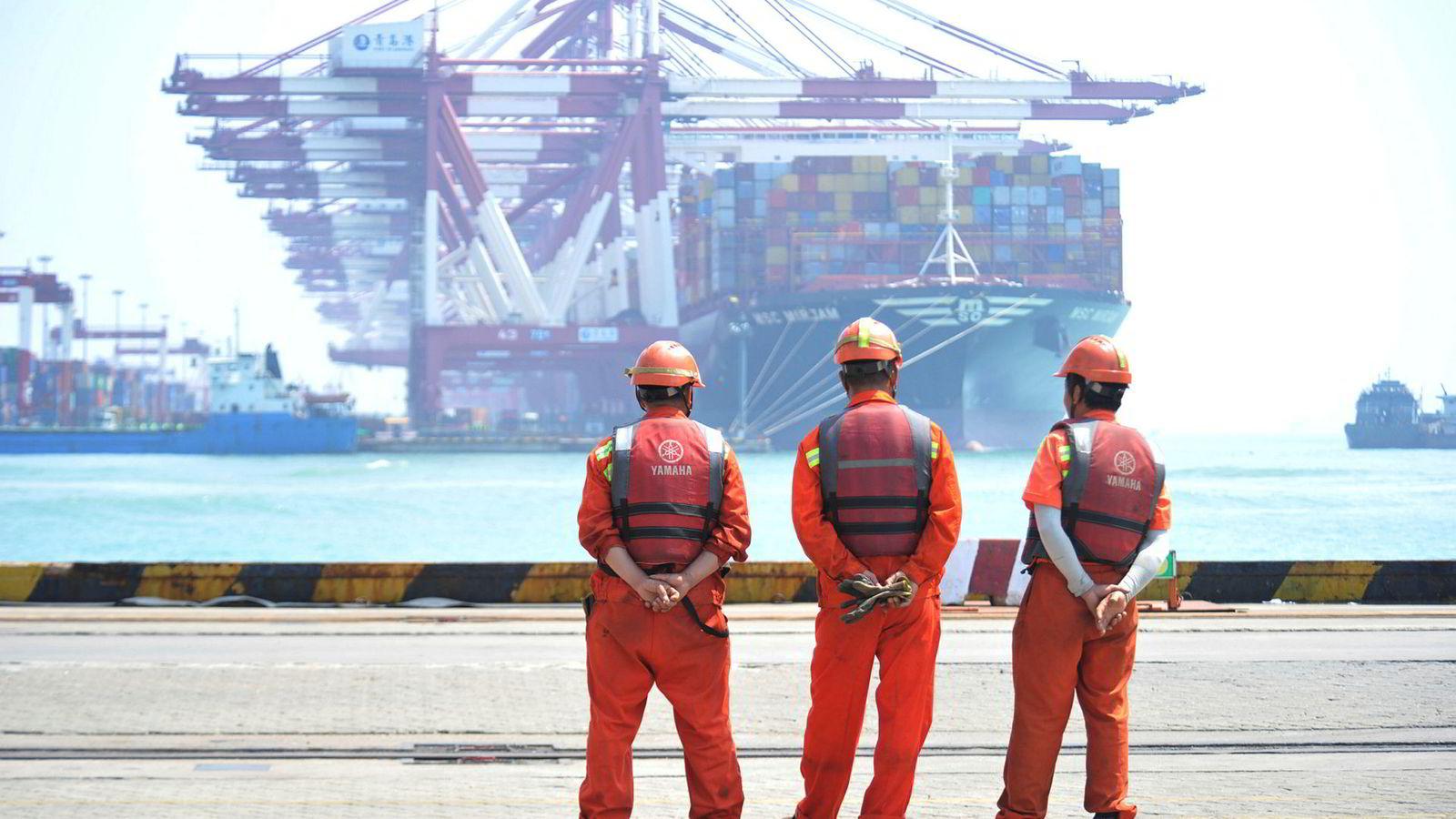 Kina klarte å stabilisere økonomien i første kvartal med en økonomisk vekst på 6,4 prosent. Det kan bli vanskelig å opprettholde hvis USA innfører nye straffetoller mot Kina, tror finansinstitusjoner. Ved Qingdao-havnen i Shandong-provinsen er det fortsatt høy aktivitet.