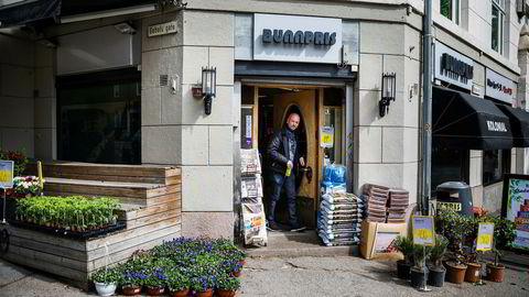 Nils Thomas Gielink mener dagligvarekjedene må gjøre noe annerledes om de skal få opp kundetilfredsheten. – De må sette ned prisene eller noe, sier han etter å ha kjøpt en brus hos Bunnpris i Bygdøy alle i Oslo.