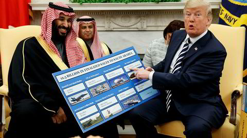 President Donald Trump skryter av amerikansk våpensalg til Saudi-Arabia og kronprins Mohammed bin Salman under et møte i Det hvite hus ifjor.