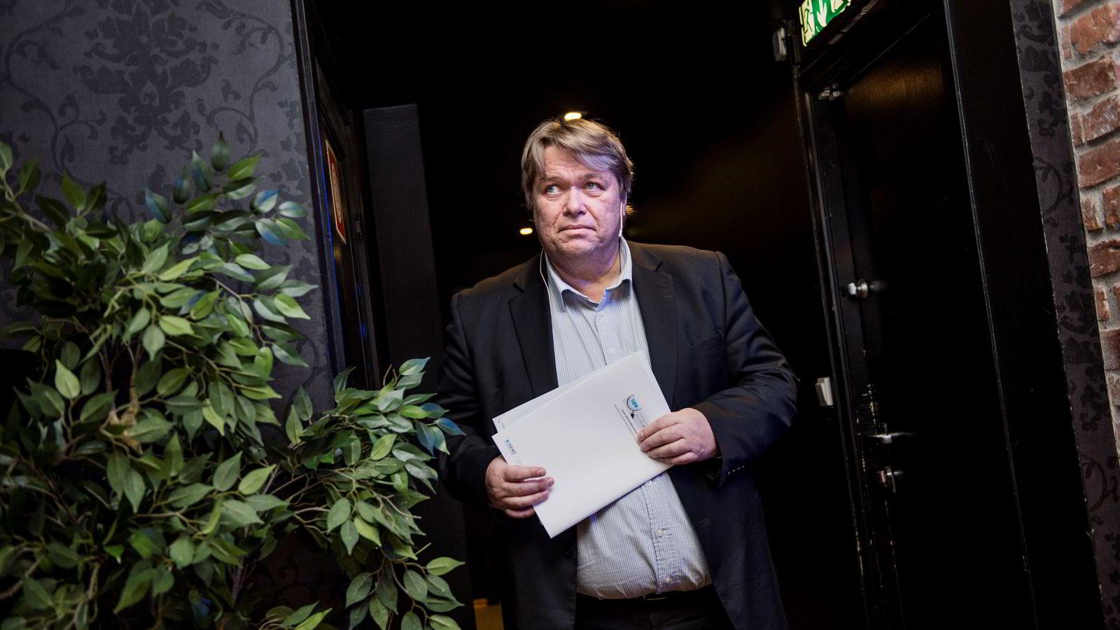 PRESENTERER RAPPORT. Avdelingsdirektør Dag Aarnes i NHO.