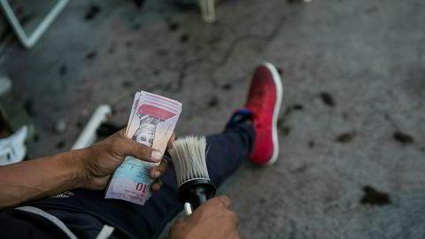 Den offisielle valutakursen er nedskrevet til 3.200 bolivar mot 1 dollar.