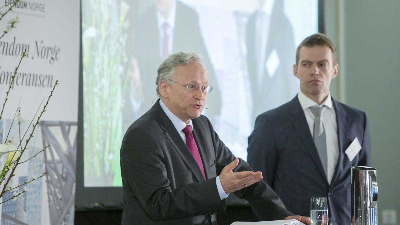 Tidligere sentralbanksjef Svein Gjedrem legger frem sine syn på boligmarkedet og den norske økonomien under Eiendom Norges boligkonferanse. I balgrunnen står BI-professor Erling Røed Larsen. Foto: