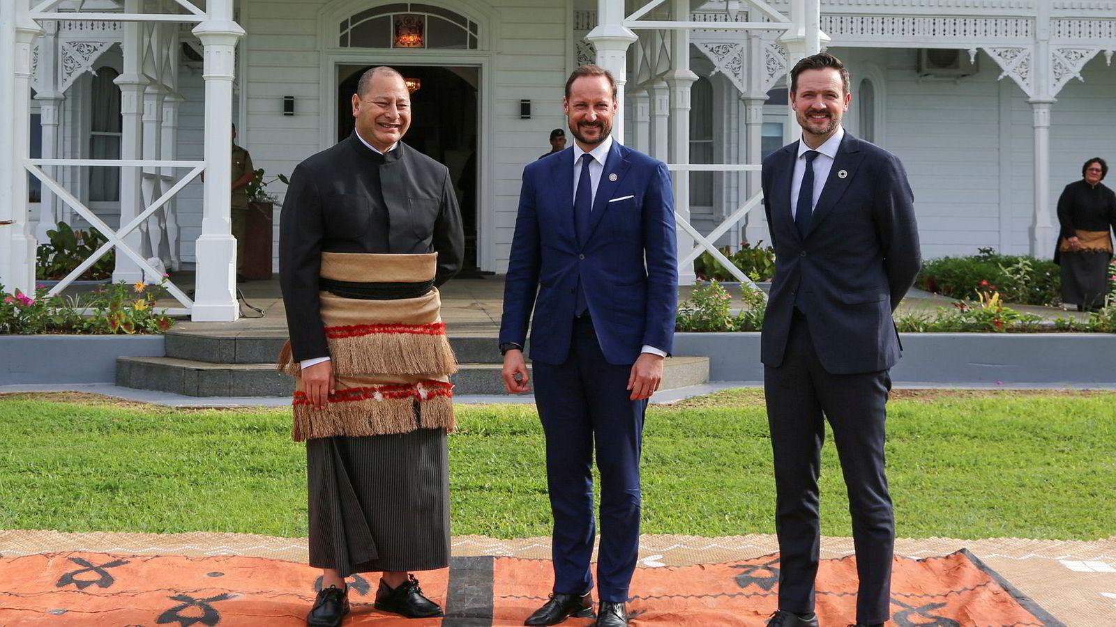 Kronprins Haakon (i midten) og utviklingsminister Dag-Inge Ulstein møter kong Tupou VI på stillehavsparadiset Tonga.Foto: Karen Setten/NTB Scanpix