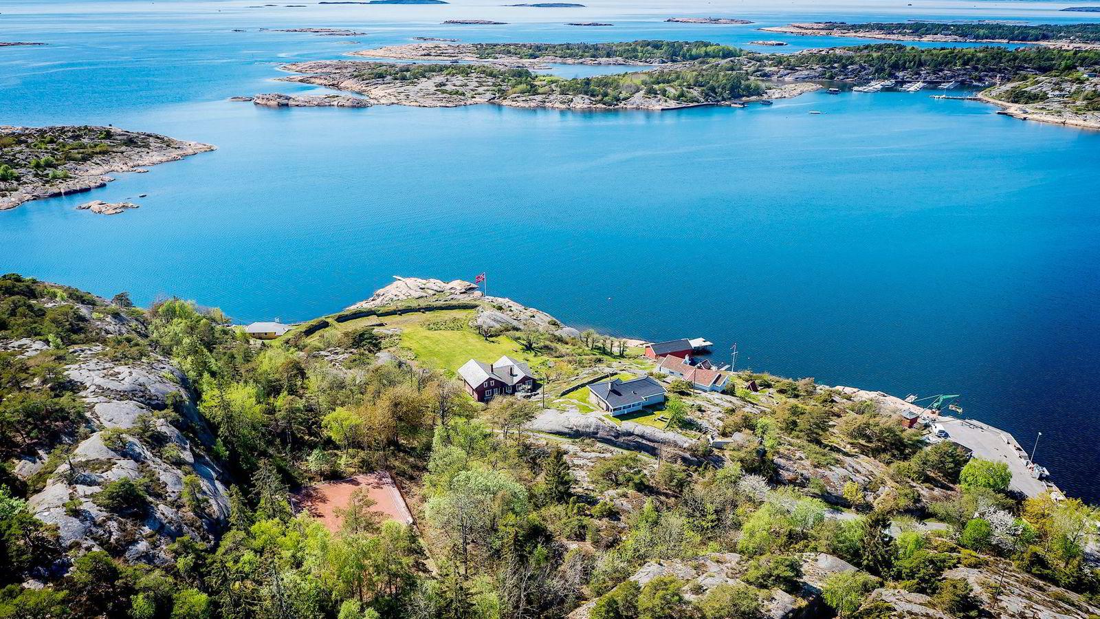 På slevik utenfor fredrikstad har familien dahl feriert siden 1930. Eiendommen er utstyrt med blant annet tennisbane og dypvannsbrygge. Stedet har vært til stor glede for familien i alle år, og det er ikke med lett hjerte stedet selges, sier en talsperson for familien Carl Christian Dahl.