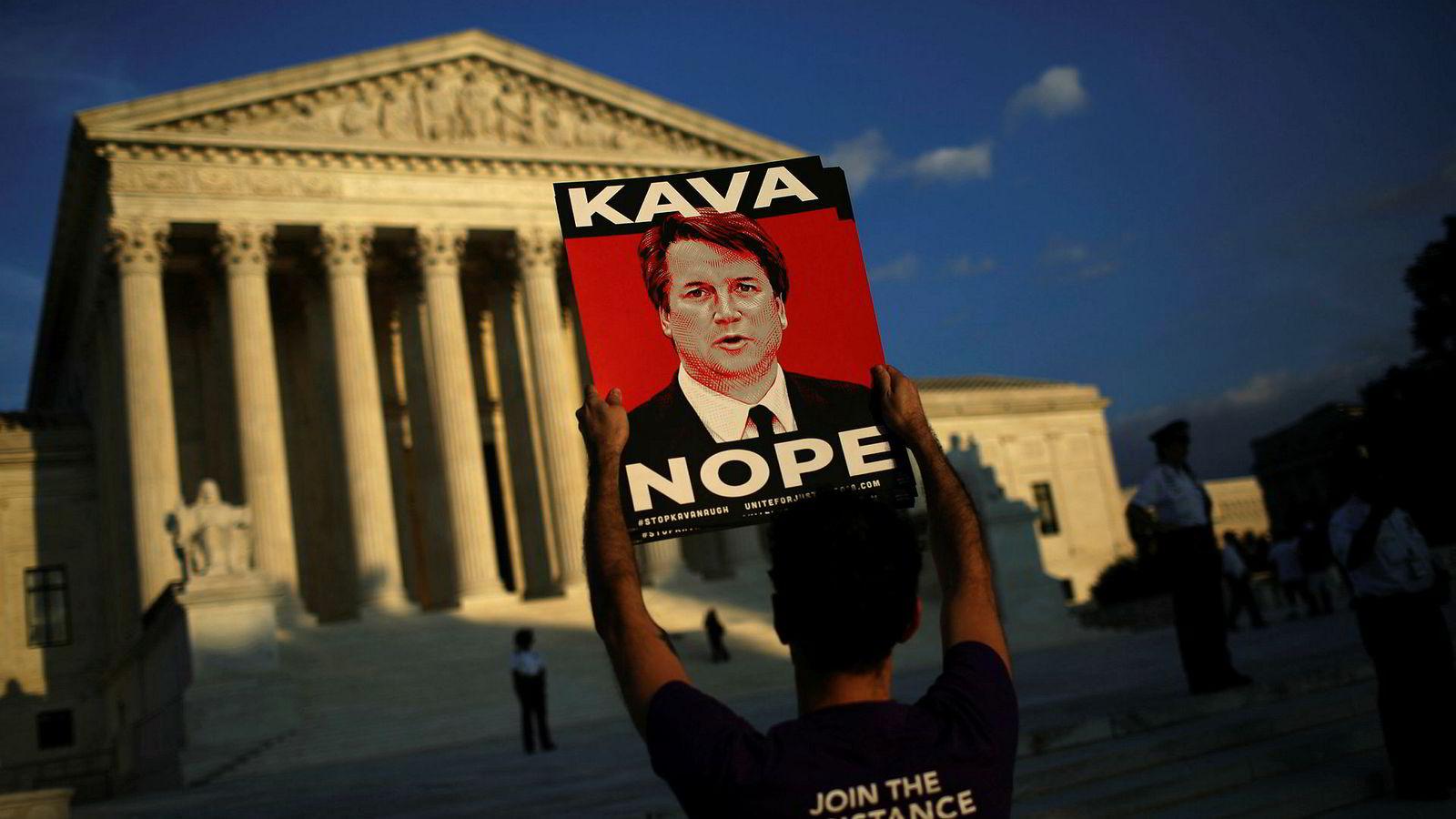 FBI-rapporten om Brett Kavanaugh vil trolig bli overlevert til Senatet i løpet av torsdagen. På bildet demonstrerer en person utenfor høyesterett mot nominasjonen av  Kavanaugh.