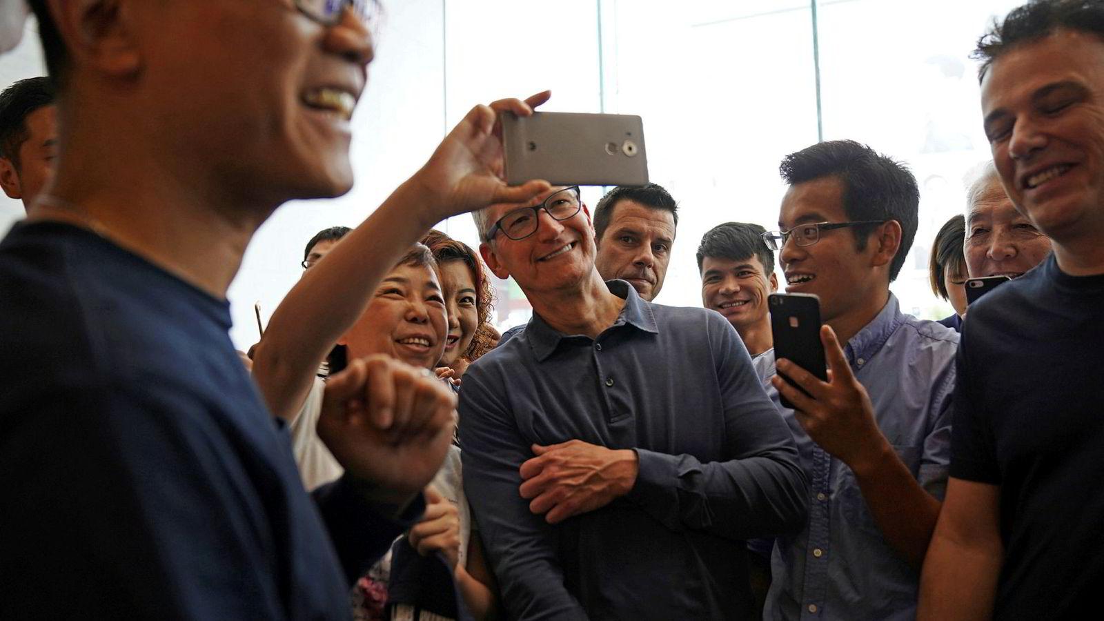 Apples konsernsjef Tim Cook er i Kina flere ganger i året – her fra et besøk i Apple store i Shanghai i oktober. Kina har vært det viktigste vekstmarkedet. Nå svikter salget.