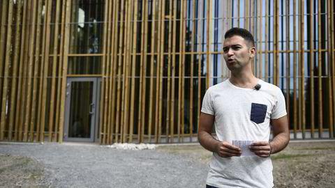AUF-leder Mani Hussaini foran Hegnhuset, det nye læringssenteret på Utøya. En stor del av bidragene som Ap får, har gått til oppbyggingen der. Arkivfoto: Jon Olav Nesvold /