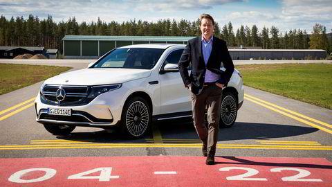 Mercedes nye toppsjef, Ola Källenius, på flystripen på Eggemoen der verdens motorpresse har testet den nye elbilen Mercedes EQC de siste ukene.