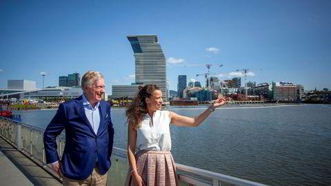 Carl Erik Krefting (t.v.) og datteren Caroline Krefting, investeringsdirektør i Carucel Eiendom, kjøper seg kraftig opp i de publikumsrettede næringslokalene på gateplan i Bjørvika, Oslo (bak).