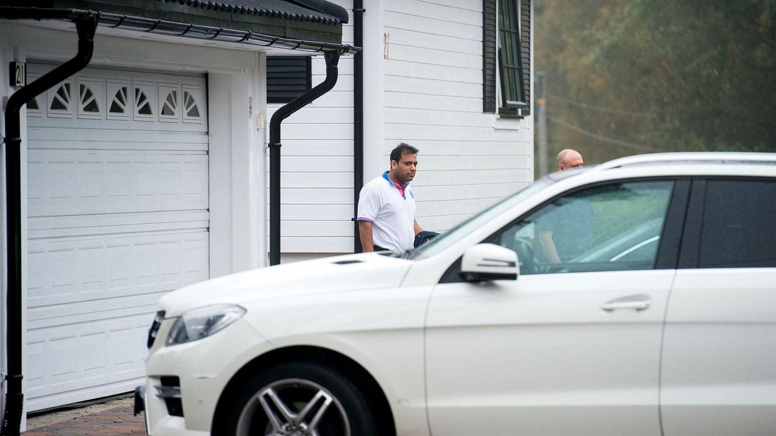 Her er den omdiskuterte Mercedesen sammen med mafiatiltalte Ali Asghar utenfor familievillaen i Lørenskog.