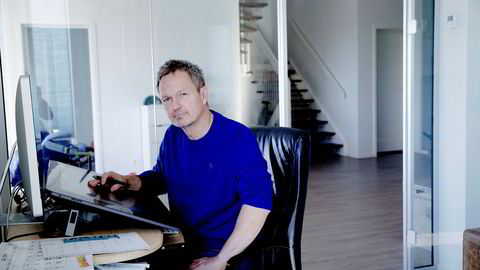 Frode Øverli, tegneserieskaperen bak Pondus, her fotografert på hjemmekontoret på Askøy.
