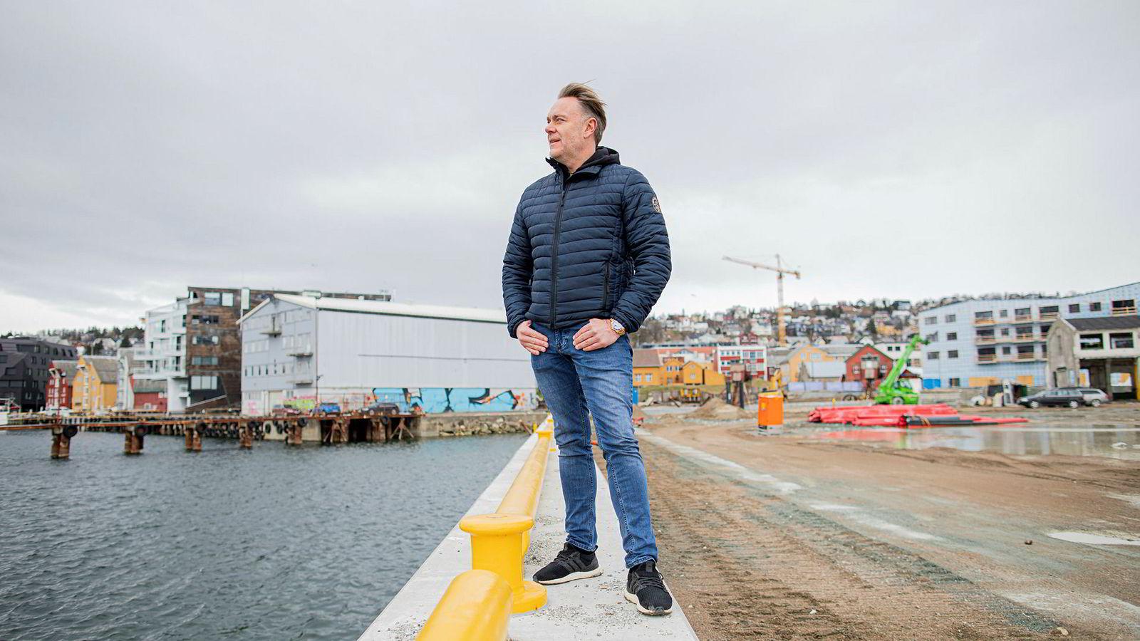 Bård Sverdrup, sjef og eier i Totalrenovering, bygger ny bydel Vervet i Tromsø. i Bakgrunnen maskinhallen og verftstomten han skal bygge ny bydel på.