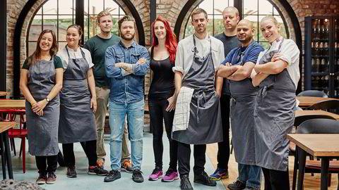 Med lett, nordisk mat, håndverkscocktailer og egne minglebord har Steffen Hansen og Ragnhild Wright Ousland (i midten) forsøkt å gjøre Astral på Lilleborg til en restaurant de selv vil gå på. her sammen med resten av teamet