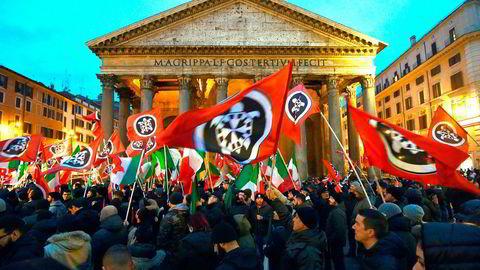 Italienerne skal velge ny nasjonalforsamling 4. mars. Tilhengere av det nyfascistiske partiet Casapound demonstrerte på Pantheon-plassen i Roma 1. mars. Foto: Afp Photo/Andreas Solaro