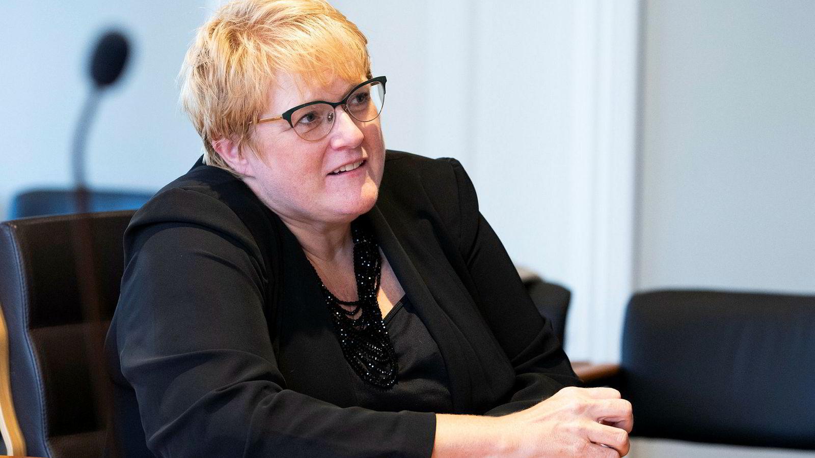 Kulturminister Trine Skei Grande vil gi Språkrådet myndighet så de i fremtiden kan sette foten ned for dårlige statlige navn. Hun er forberedt på debatt.