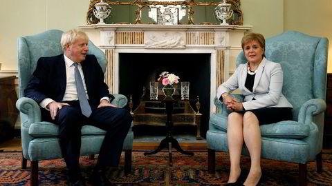 Skottlands regjeringssjef Nicola Sturgeon (til høyre) møtte Storbritannias statsminister Boris Johnson i Edinburgh i Skottland mandag.