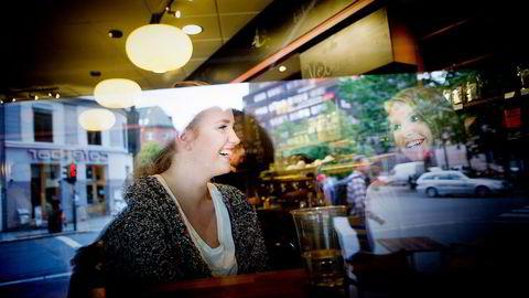 APPS. Sara Tonning (21) og Aleksandra Røste (20) er ikke veldig bekymret for at noen skal hacke mobilene. – Vi bruker kode og tar sikkerhetskopier, sier de.                    Foto: Mikaela Berg