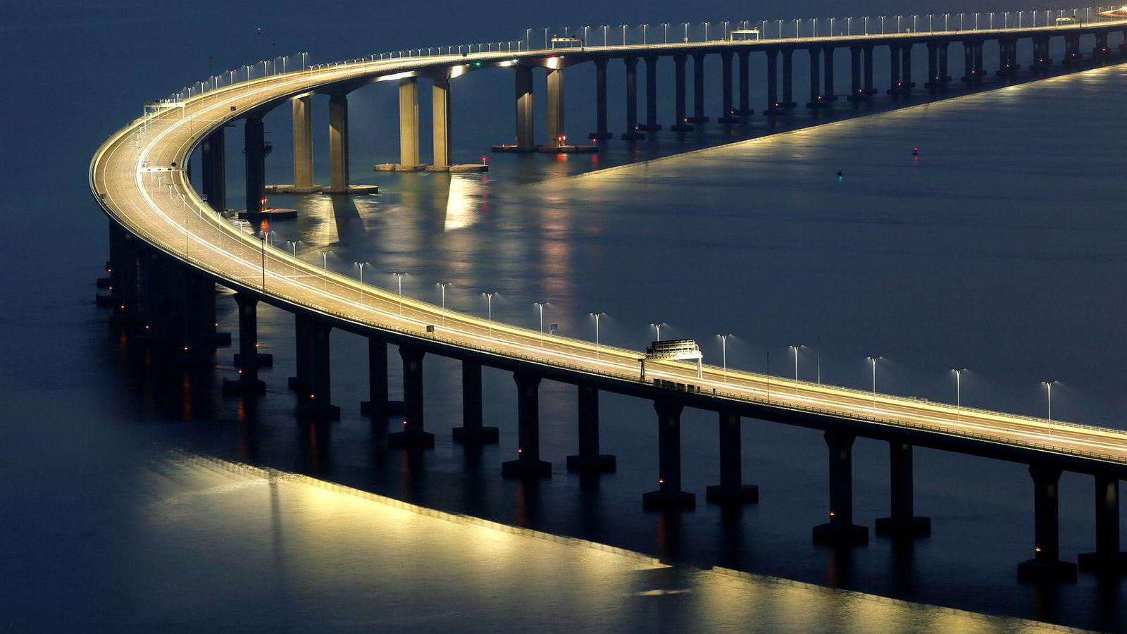 Broen som knytter sammen Hong Kong, Macau og Kina ble åpnet mandag.