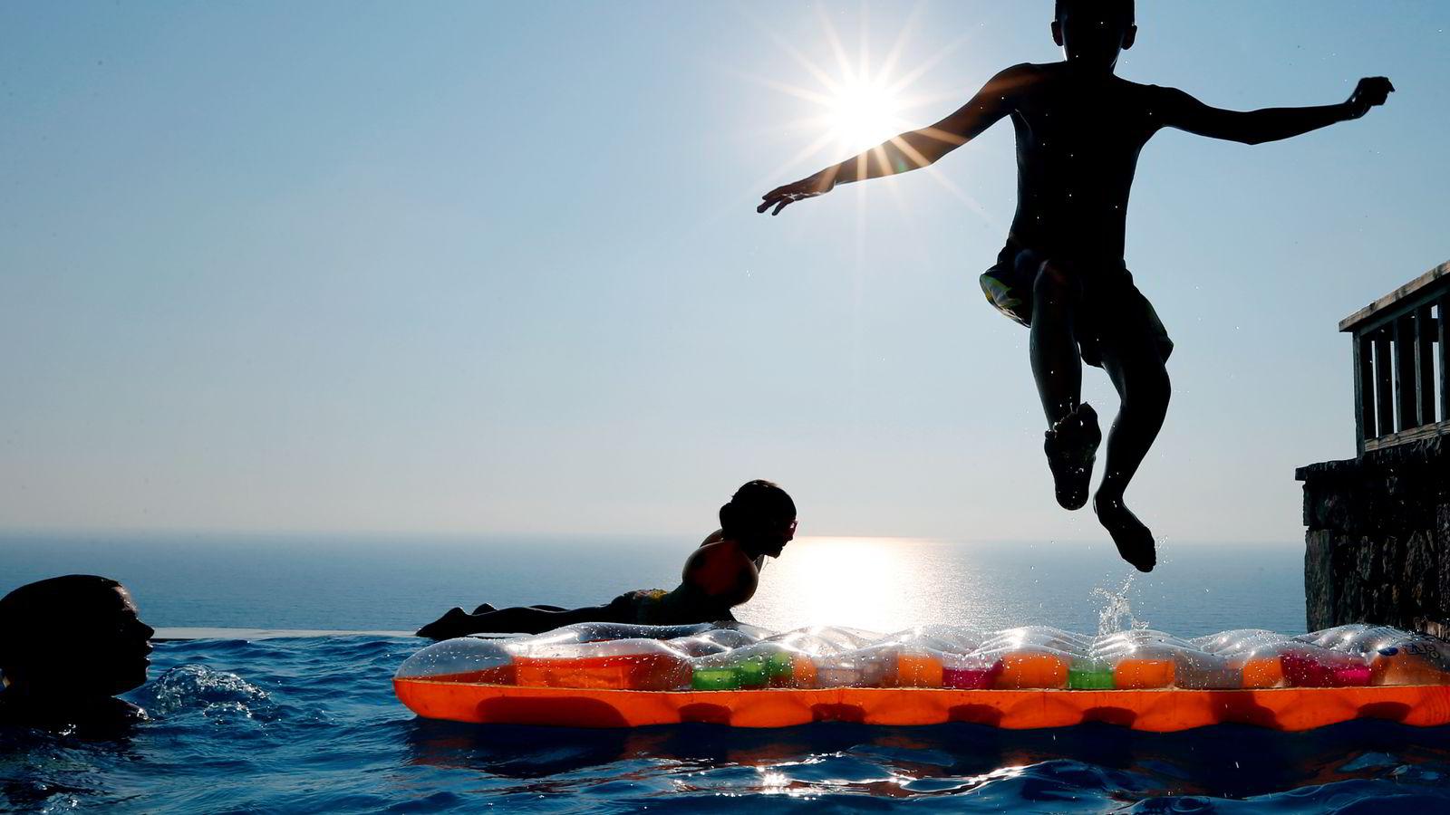 Mange nordmenn planlegger å legge ferien utenlands til neste år også. På bildet badeliv i Lefkada i Hellas.  Foto: Lise Åserud /