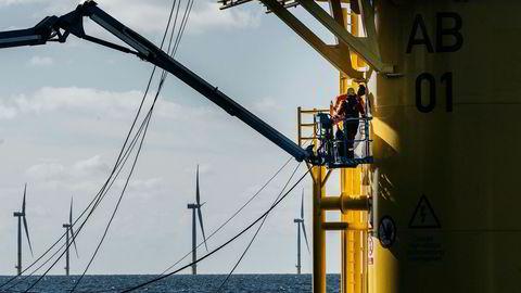 På Doggerbank planlegger Equinor og partner SSE å sette opp tre hundre vindturbiner på drøyt 10 megawatt hver. Her er et bilde av installasjonen av de vesentlig mindre turbinene i Equinors Arkona-park.