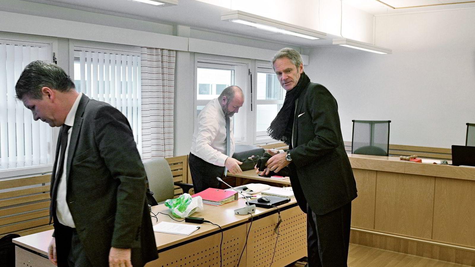 Tidligere administrerende direktør Erik Karlstrøm (til venstre) og advokat Hermann Skard gjør seg klar til saken som går i Alta tingrett. Til høyre styreleder Anders Onarheim i oljeselskapet North Energy.