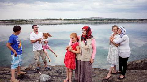 – Vi hadde ikke sett hverandre på tre år. Det var fantastisk å ha familien samlet igjen, sier Sabiha Darkho (til høyre), mens hun klemmer datteren Katchiya. Sammen med resten av familien er hun nå blant de 40 flyktningene som er bosatt i Vevelstad. Fra venstre: Murat, Chiya, Hayganush, Samira og Hayganush.