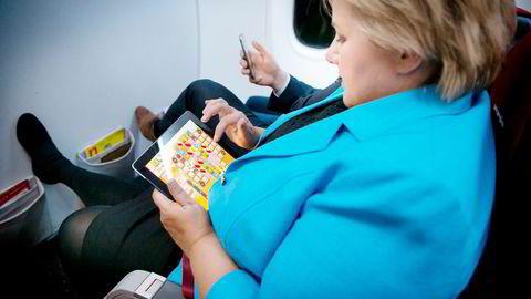 Erna Solberg spiller Candy Crush ombord på kveldsflyet til Bergen.                    Foto: Heiko Junge /