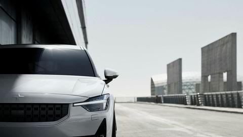 Den første helelektriske bilen heter Polestar 2. Størrelsesmessig minner den om Tesla Model 3.