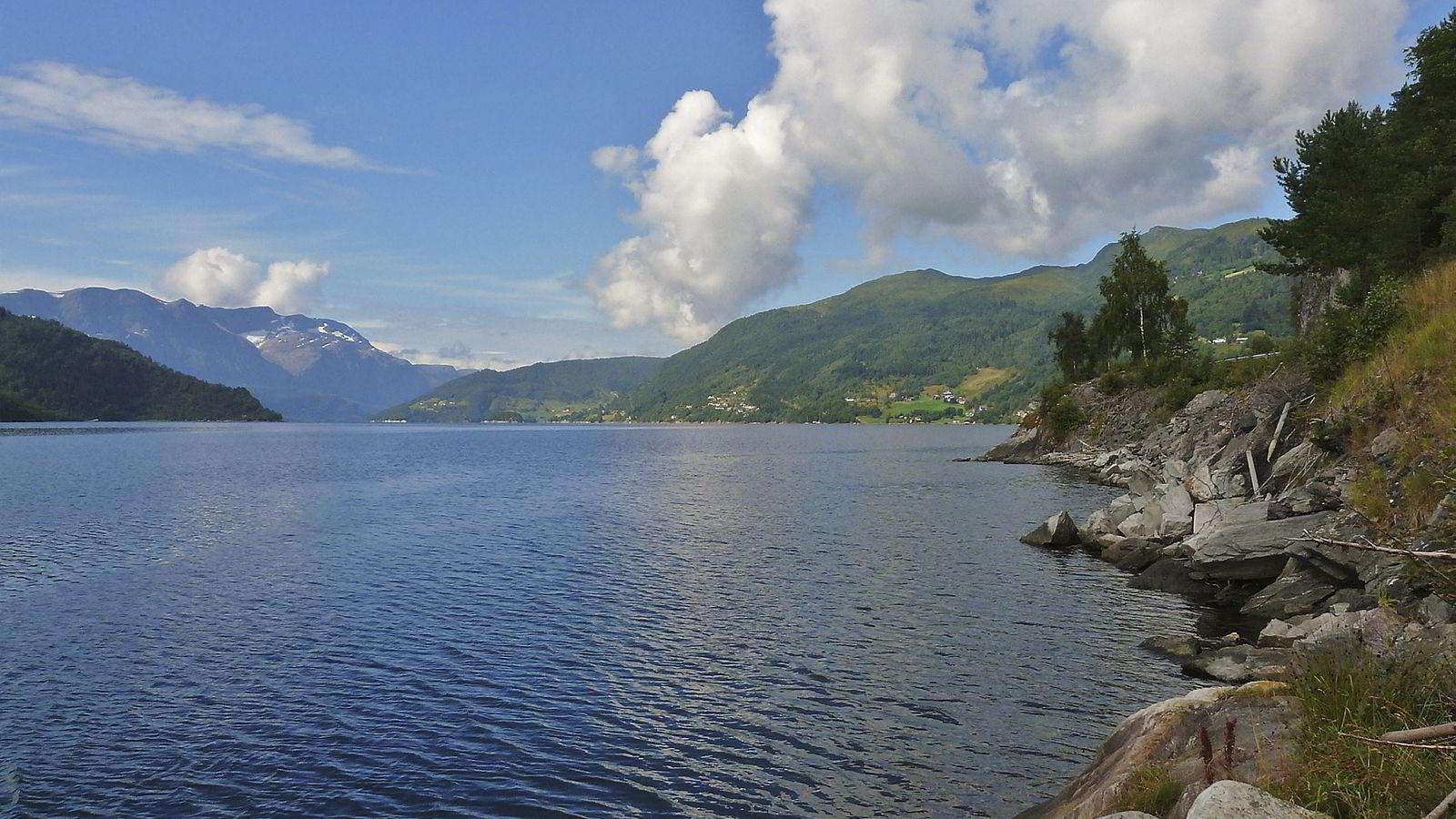 Å finknuse Engebøfjellet og dumpe det som gruveslam i Førdefjorden er i utgangspunktet en stor sløsing med mineralressurser mener forfatteren.