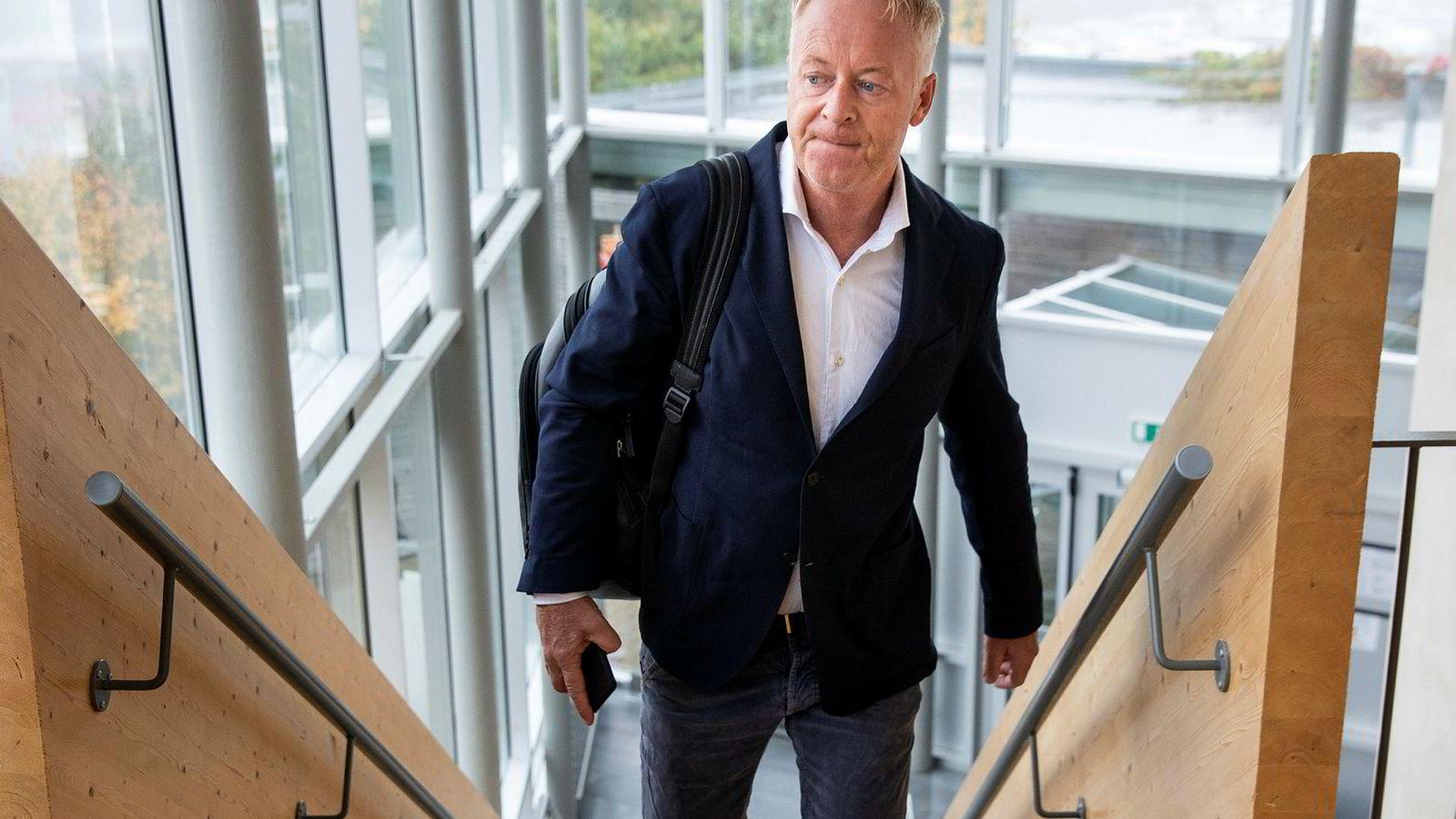 Jonny Enger, tidligere leder i renovasjonsselskapet Veireno, på vei inn i Follo tingrett der han sto tiltalt for flere brudd på arbeidsmiljøloven.