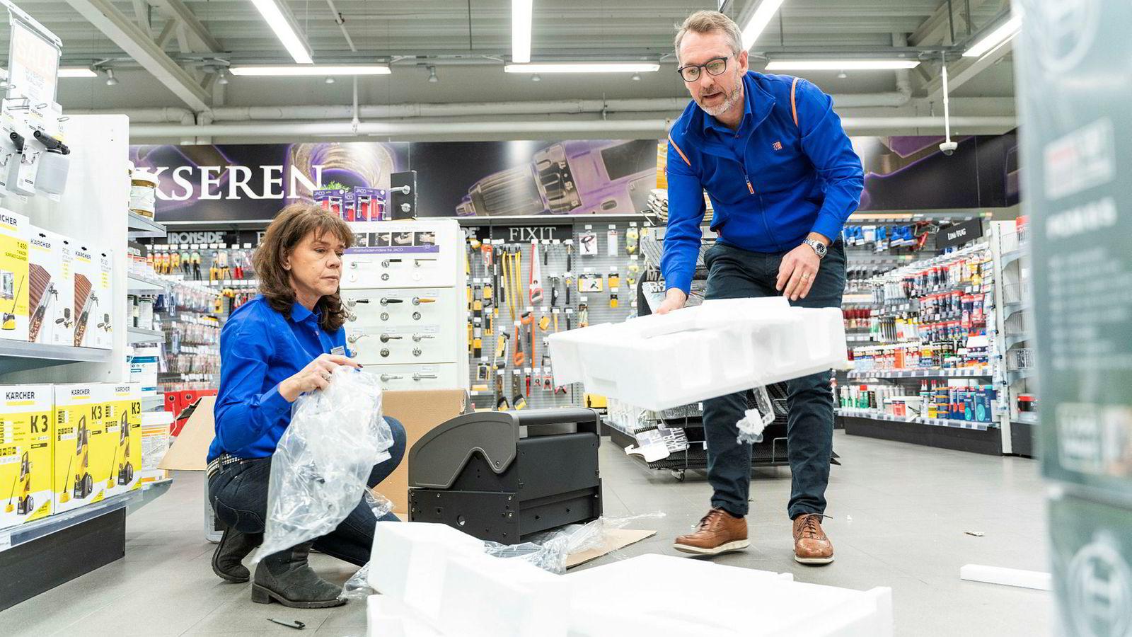 Butikksjef Jannicke Hovind og konsernsjef Espen Karlsen i Jernia pakker opp en grill produsert i Kina og sitter igjen med en stor haug isopor- og plastemballasje. – Det er dette vi nå skal til livs, sier Karlsen.
