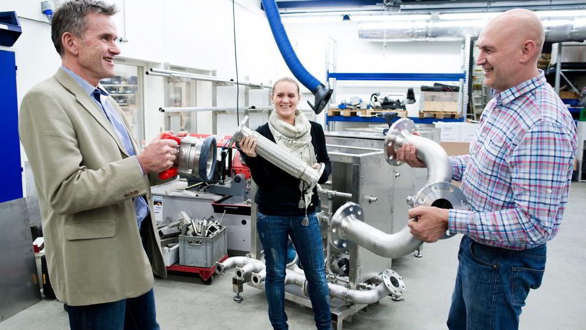 I Lillehammer lager Agua Pharma redskap til badbehandling av oppdrettslaksen for fjerning av lus. Fra venstre styreleder Hans Erik Tofte, marinbiolog Julie Bugge og daglig leder Elvin Bugge.