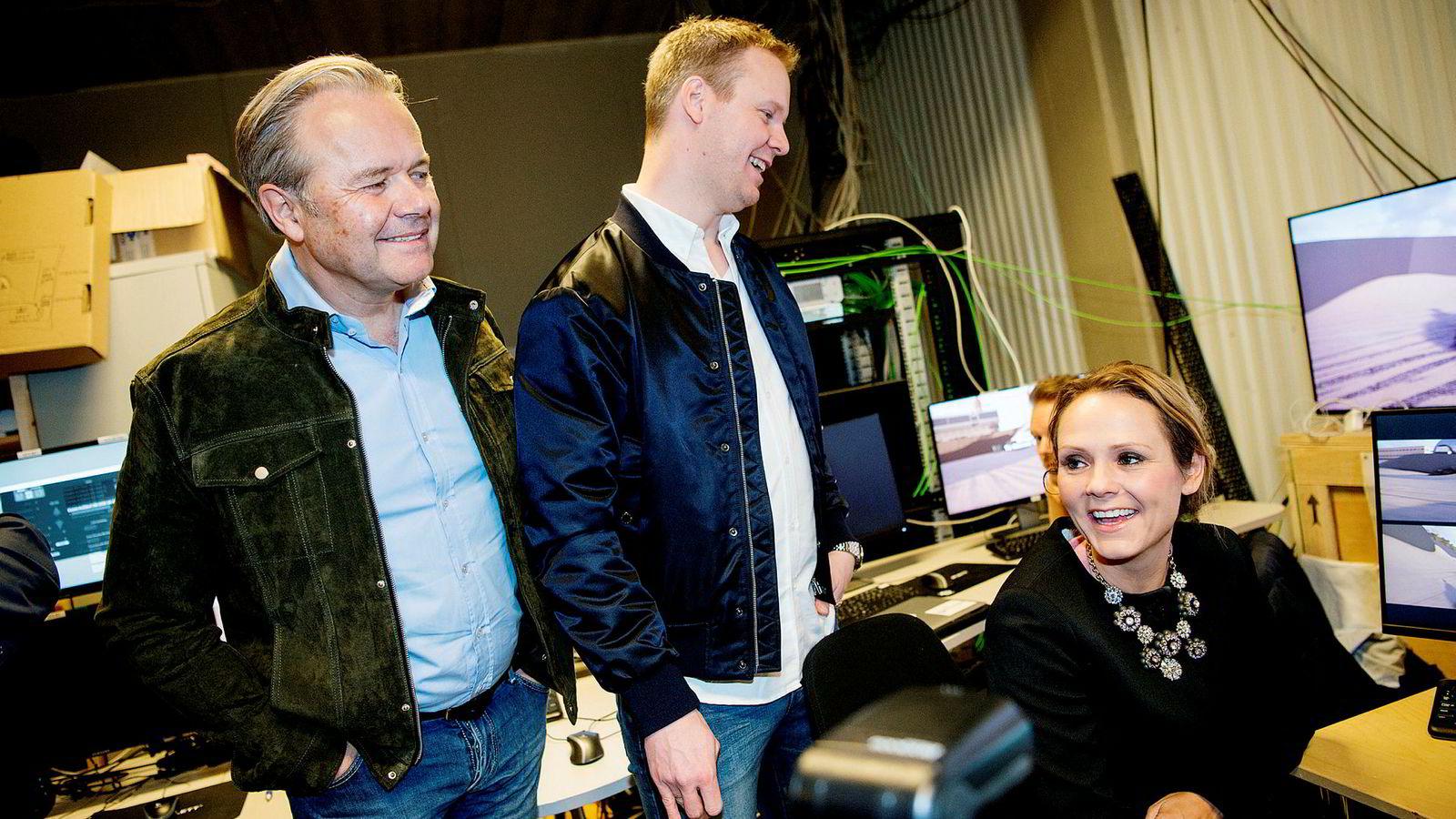 Gründerne Jens Petter Høili (til venstre) og Bård-Anders Kasin med tidligere kulturminister Linda Hofstad Helleland, under en presentasjon av teknologien til The Future Group i 2016.