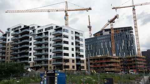 Boliger og andre bygg kan bygges billigere. Hva skjer med prisene da, både på nytt og brukt i boligmarkedet? Her boliger under oppførelse på Hasle i Oslo.