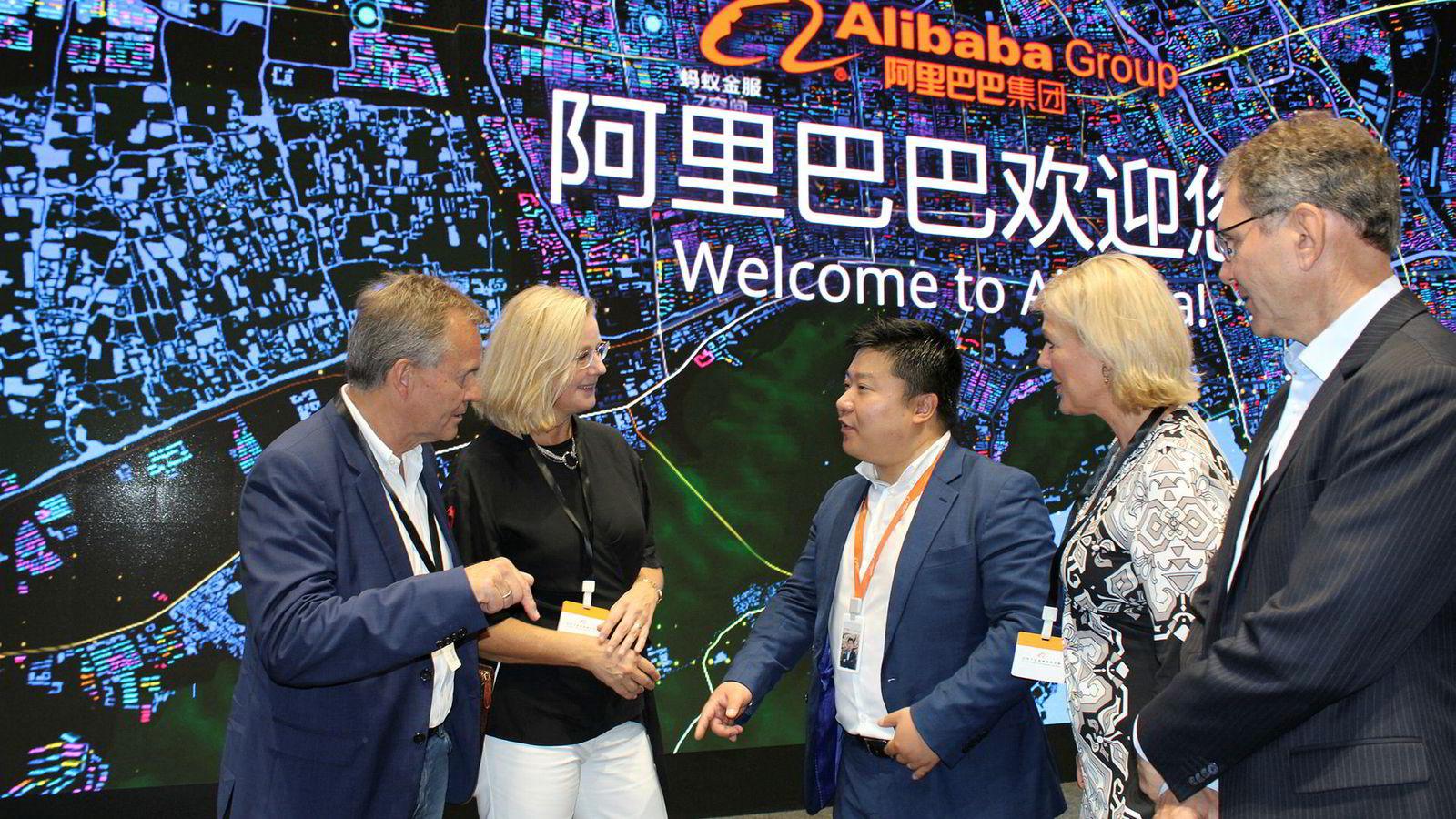 – Jeg må innrømme jeg er litt høy, sier konsernsjef Finn Haugan (til venstre) i Sparebank 1 Midt-Norge etter å ha besøkt kinesiske finansteknologiselskaper – her sammen med Anna-Lena Wretman (Swish), Yung Sung (Alibaba), Iren Tranvåd (Nordic Finance Innovation) og Øyvind Apelland (Aera) hos Alibaba.