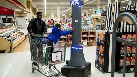 William Rucker og barnebarnet Justice (4) hilser på roboten Marty som vasker gulvene til Giant Food Stores i Harrisburg. I løpet av sommeren vil supermarkedkjeden ha 172 roboter i sving, og de langsiktige planene er å ha roboter i 500 butikker.