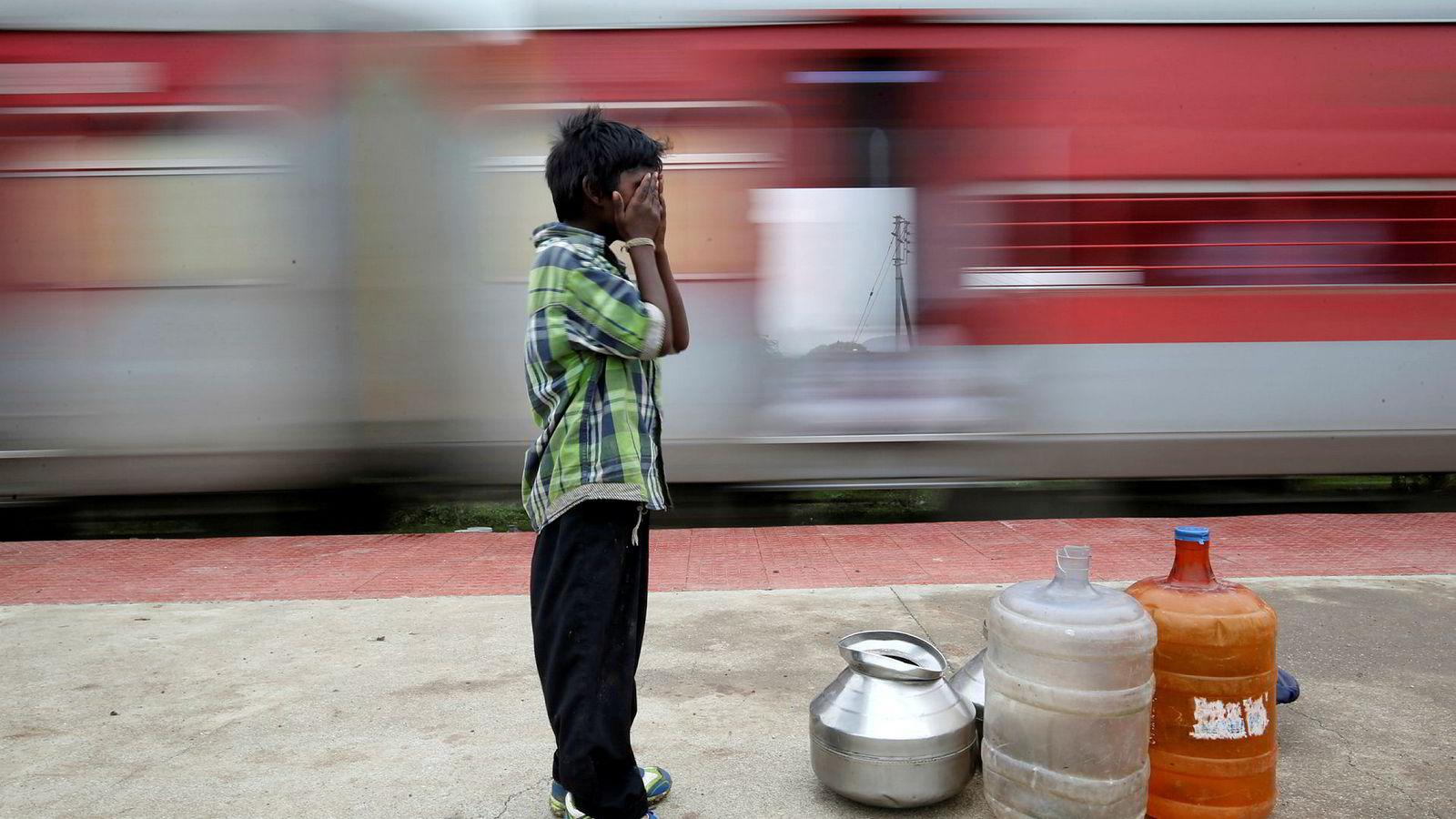 10 år gamle Siddharth Dhage må reise 14 kilometer med tog fra landsbyen sin i den indiske delstaten Maharashtra for å hente friskt vann.