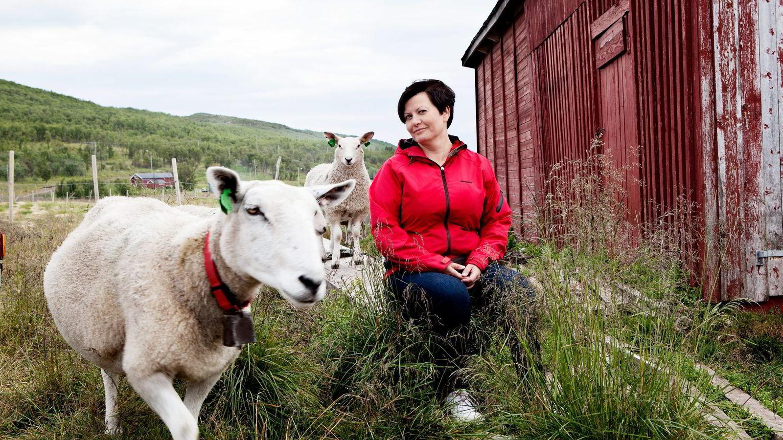Helga Pedersen (Ap) mener Jan Tore Sanner (H) truer kommunene med tvangssammenslåing. Her er hun på hytta i Vestertana.