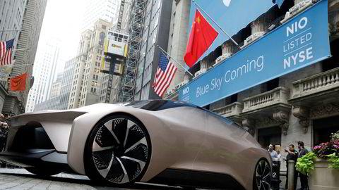 Den kinesiske elbilprodusenten Nio ble børsnotert i USA i høst etter å ha hentet inn over 1,1 milliard dollar i friske penger. Her er en konseptbil parkert utenfor New York-børsen i forbindelse med børsnoteringen.