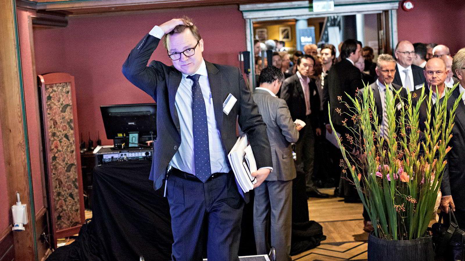 Borr Drilling har betalt 50 millioner dollar mer per rigg enn markedsverdien som skipsmeglerhuset Bassøe har lagt til grunn. Avbildet er administrerende direktør Simon Johnson i Borr Drilling.