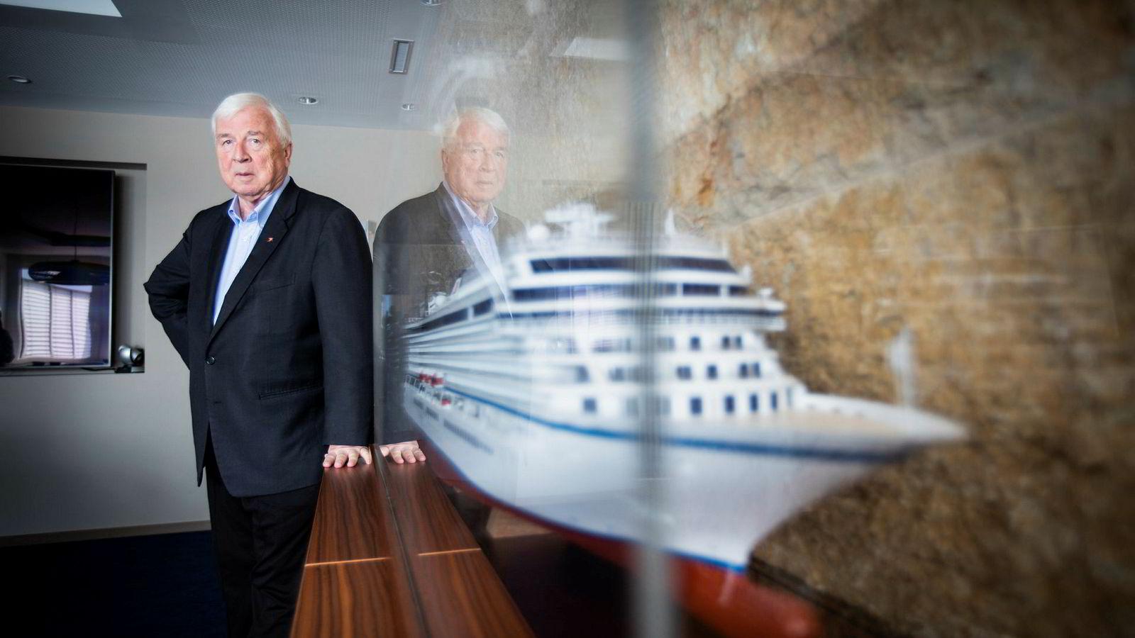 Skipsreder Torstein Hagen ved siden av en modell av Viking Star. Torstein Hagen er leder for selskapet Viking Cruise, med hovedsete i Basel.