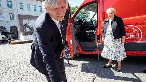 Klima- og miljøminister Ola Elvestuen og statsminister Erna Solberg, som her sammen gleder seg over en av Postens elektriske varebiler, er ikke helt enige om hva som skal skje i 2050.